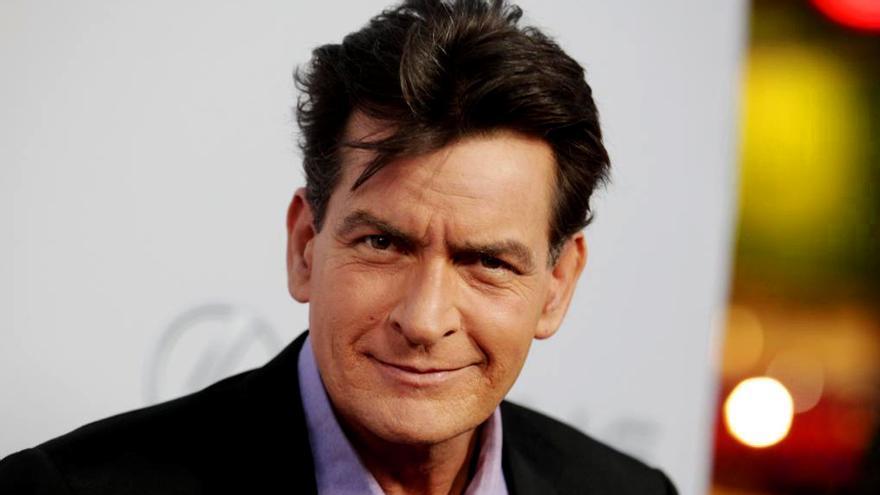 Charlie Sheen descarga contra el creador de 'Dos hombres y medio': 'Chúpame el...'