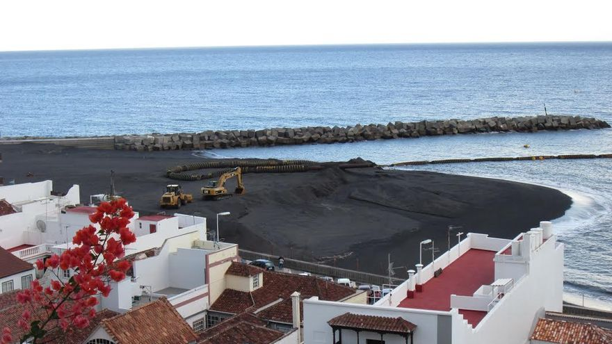 La arena, como se aprecia en la imagen tomada este lunes, se está amontonando en la parte central de la playa. Foto: LUZ RODRÍGUEZ.