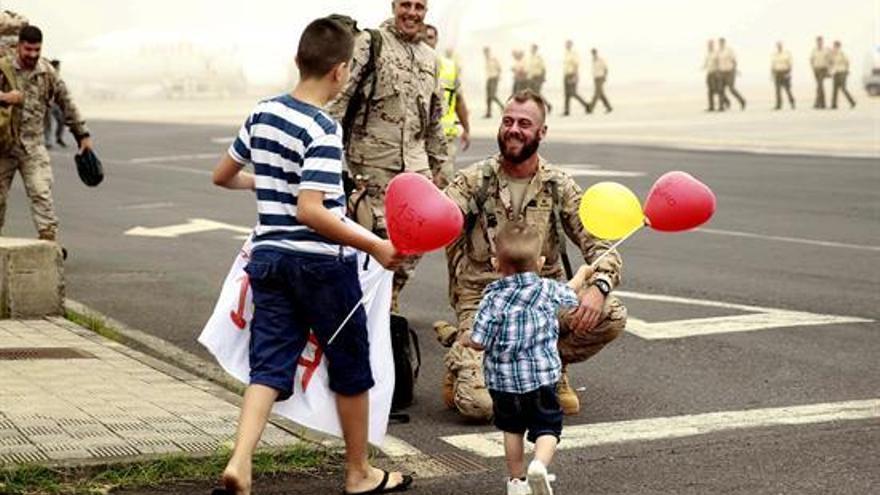 Uno de los 26 militares es recibido por su familia en el aeropuerto de Los Rodeos / EFE Cristóbal García