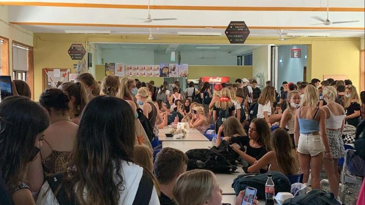 Estudiantes en un comedor de un instituto en Malta