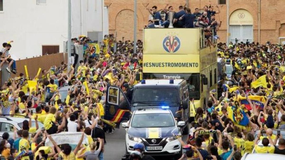 L'autobús en el qual els jugadors del Vila-real han recorregut la localitat.