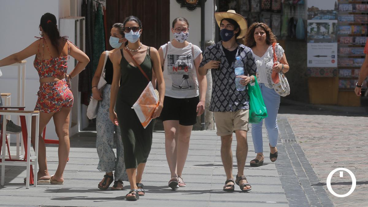 Varias personas en las calles de Córdoba este verano