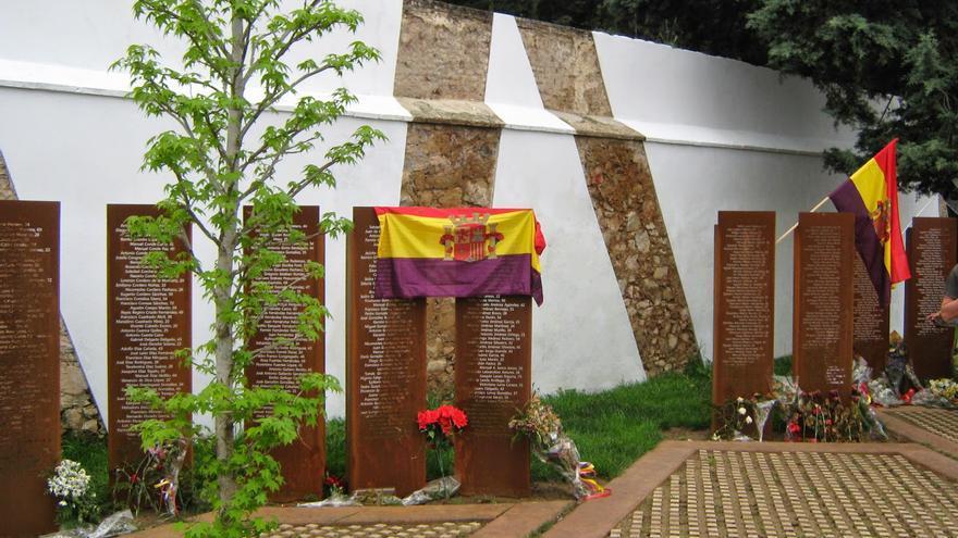Memorial en el cementerio de Cáceres.
