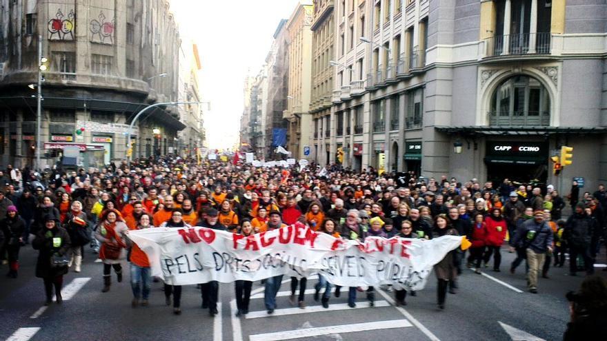La columna de drets socials i serveis públics puja per la Via Laietana / @DocentsPrec
