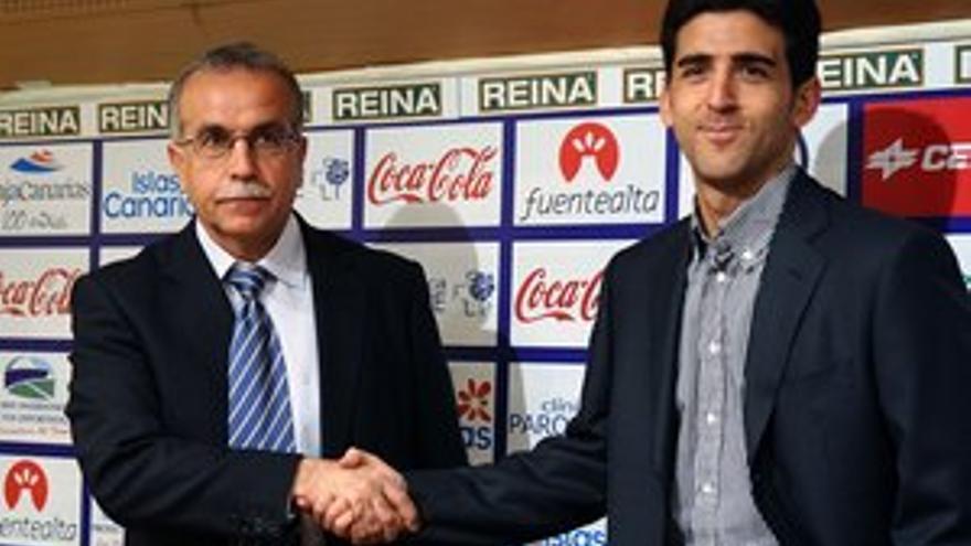 Antonio Tapia, en su presentación, con el director deportivo del club, Juanjo Lorenzo. (ACFI PRESS)