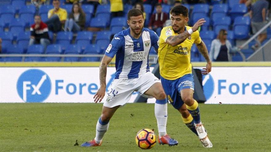 El centrocampista de la UD Las Palmas Tana Domínguez (d) disputa un balón con el centrocampista del Leganés David Timor (i), durante el partido de la decimoquinta jornada de la Liga de Primera División en el Estadio de Gran Canaria. EFE/Ángel Medina G.