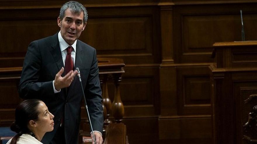 Fernando Clavijo y Patricia Hernández en un pleno del Parlamento de Canarias