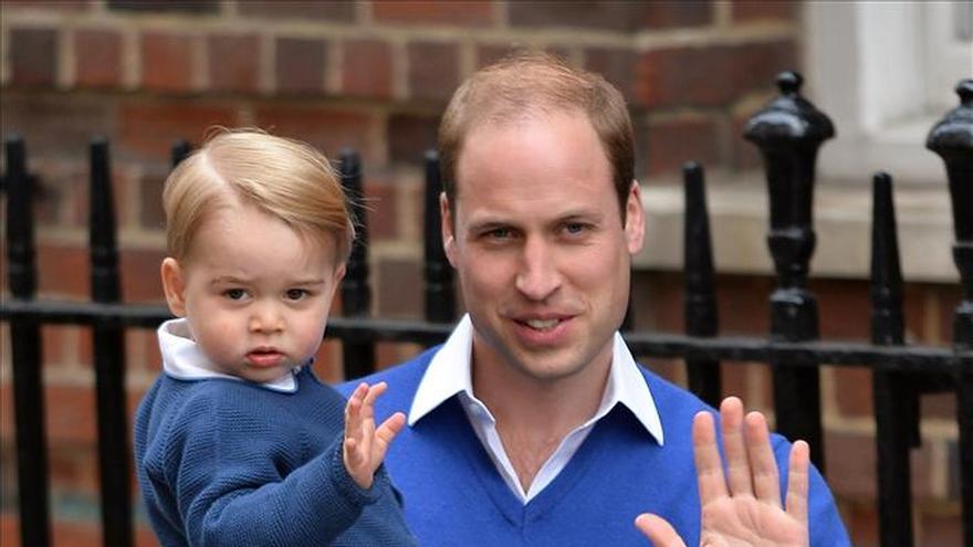 El príncipe Guillermo deja el hospital para visitar a su hijo