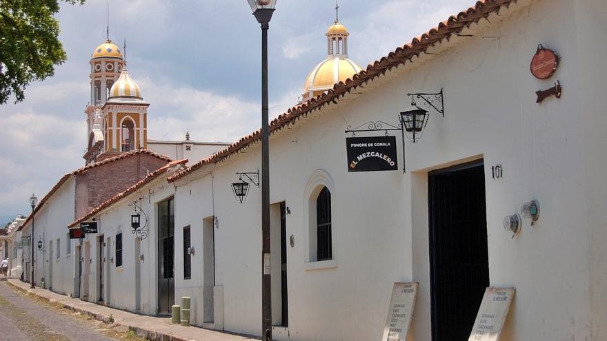 Casas blancas en la calle Cinco de Mayo, en Comala. Presagio.