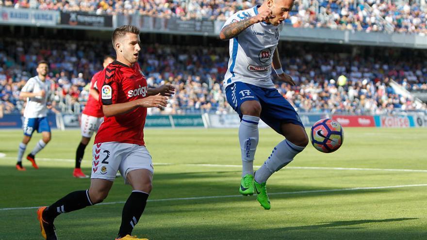 Aarón Ñíguez controla el balón ante Gerard Valentin en el Tenerife-Nàstic del 4 de junio de 2017