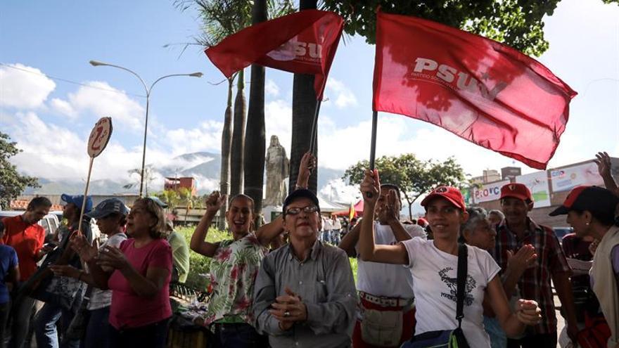 Residentes de los viejos feudos chavistas también votan contra Maduro