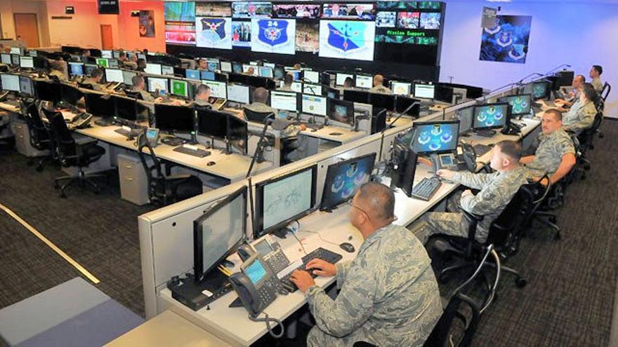 Unos militares prestan apoyo cibernético a las operaciones de la Fuerza Aérea estadounidense. /Wikimedia Commons.