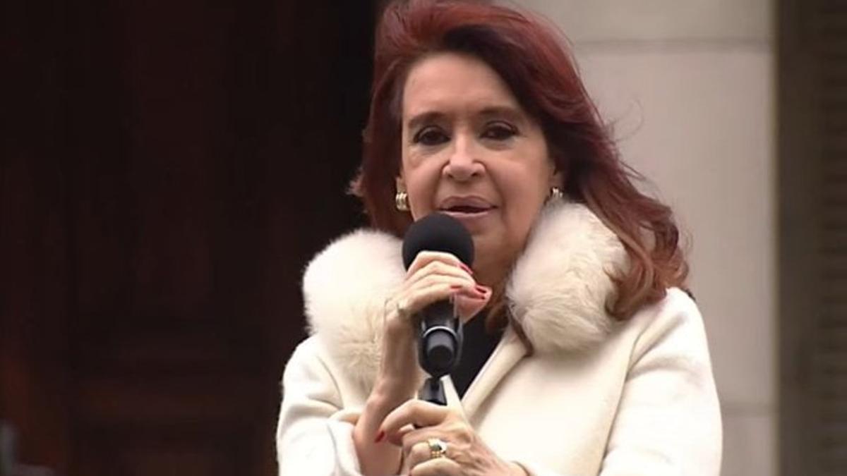 Cristina Fernández reapareció en un acto en la ciudad de La Plata, a mediados de junio. En los tribunales, se acelera su pedido de nulidad de la causa del Memorándum.