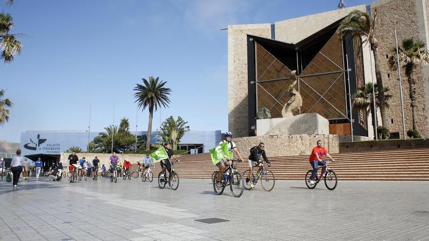 'Marcha bici-denuncia' de Nueva Canarias (NC) en Las Palmas de Gran Canaria. (ALEJANDRO RAMOS)