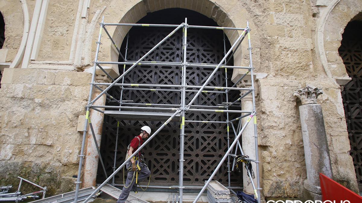 Obras de retirada de la celosía en el muro norte de la Mezquita-Catedral