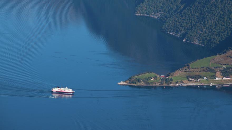 Uno de los barcos de la empresa naviera Hurtigruten durante la travesía. Håvard Myklebust - Visitnorway.com