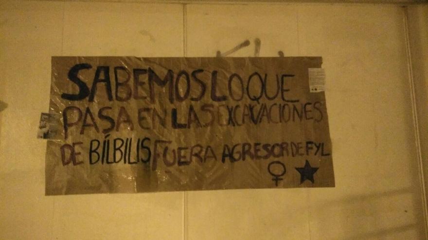 El Colectivo de Estudiantes Progresistas de Aragón ha colocado carteles en la fachada de la Facultad de Filosofía y Letras
