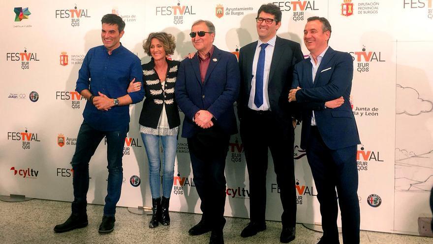 Los protagonistas del encuentro de presentadores posan ante los medios en el FesTVal