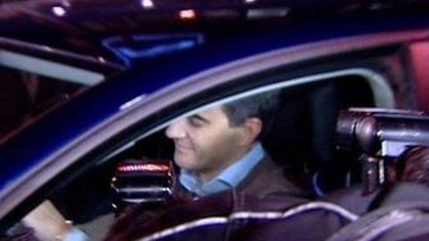 Costa sale de Génova en su coche