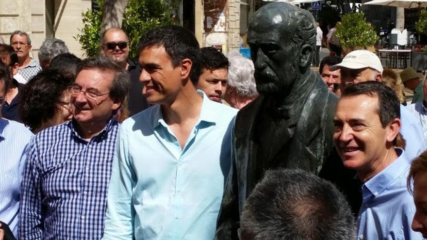 Fernando Martínez junto a Pedro Sánchez en una imagen de la campaña electoral de 2015 (Europa Press)
