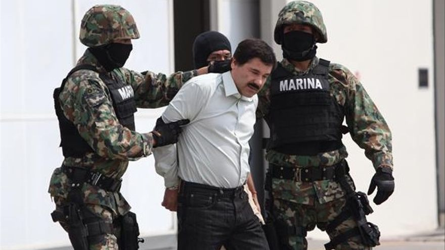 El Chapo Guzmán, líder del Cártel de Sinaloa, escoltado por militares mexicanos.