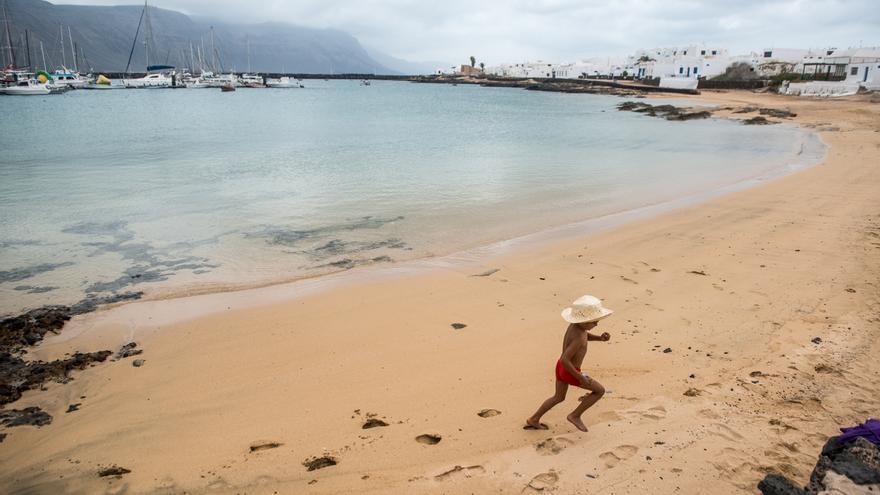 Un niño corre por la playa de Caleta de Sebo, en la isla de La Graciosa, este lunes en el primer día de la fase 2 de la desescalada.
