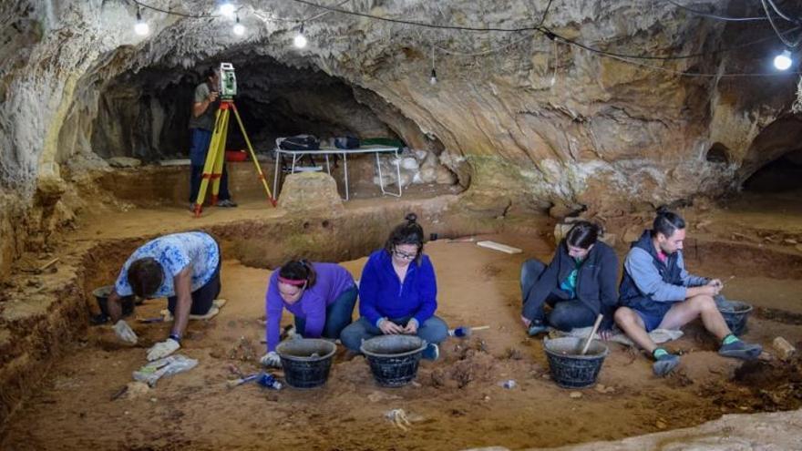 Vera se convierte en la primera niña neandertal de Ojo Guareña en Burgos