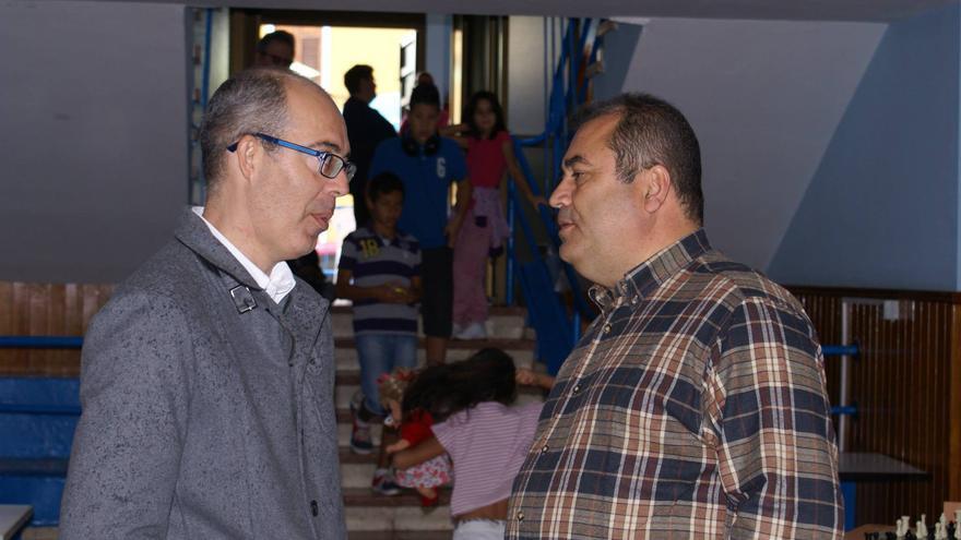 Manuel Rodríguez (Derecha), en el local de la RSP en Jinámar.