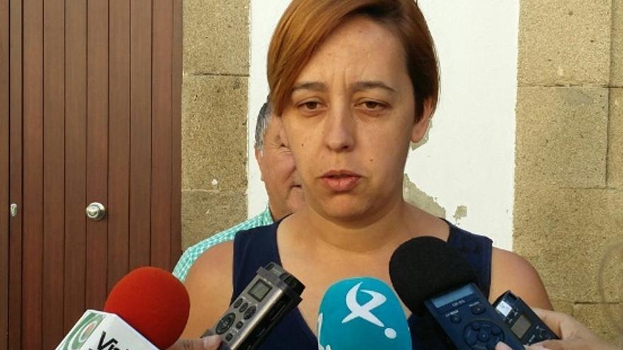 La secretaria general de Extremeños PREX CREX y diputada regional electa por Unidas por Extremadura, Lorena Rodríguez, atiende a los medios