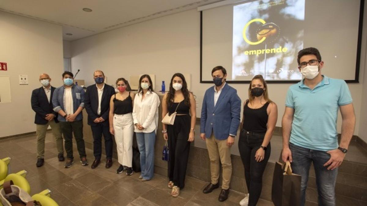 Foto de familia con los ganadores de Coemprende 2021.