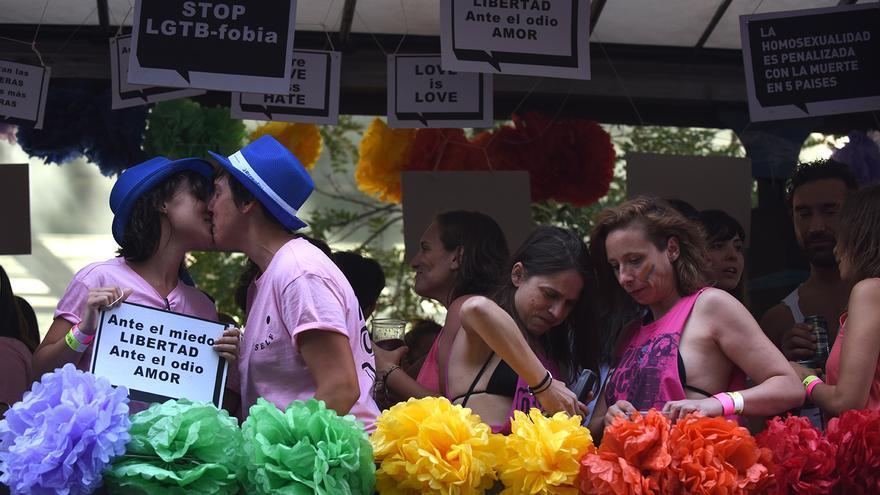 Una pareja se besa durante el Orgullo.