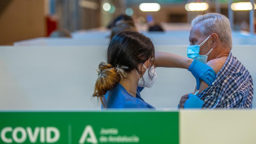 Una persona recibe la primera dosis de la vacuna contra el Covid-19, foto de recurso