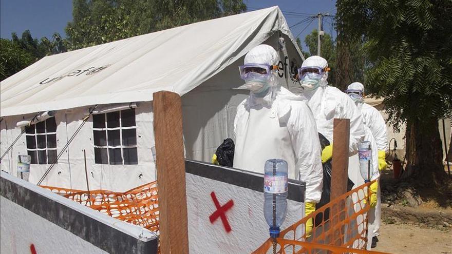 Trabajadores sanitarios malienses, en un centro de aislamiento para enfermos del virus del ébola recién inaugurado en el antiguo hospital de leprosos en Banako (Mali). / Efe