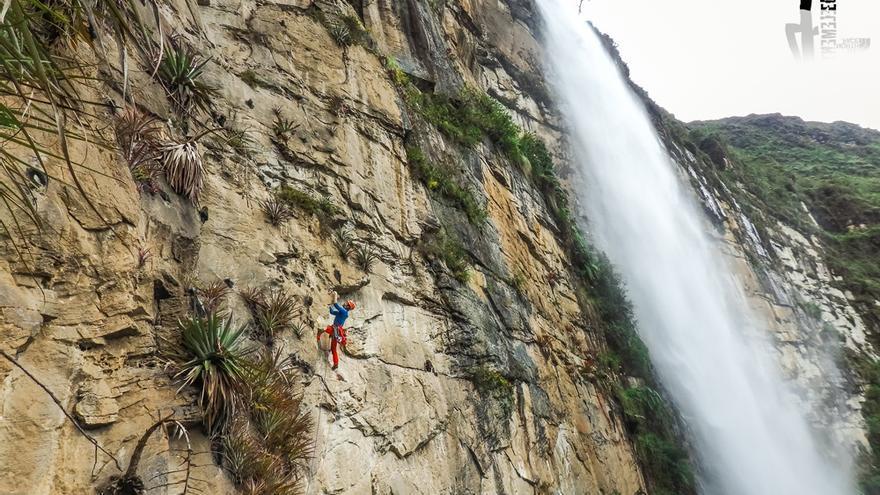 Eneko escalando en la cascada de Gocta (© Hermanos Pou).
