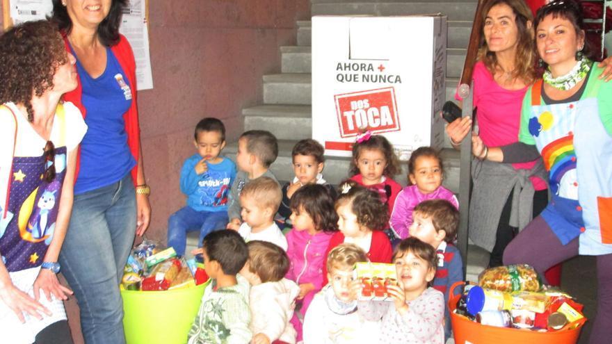 Los niños de la escuela municipal entregan alimentos a Cruz Roja