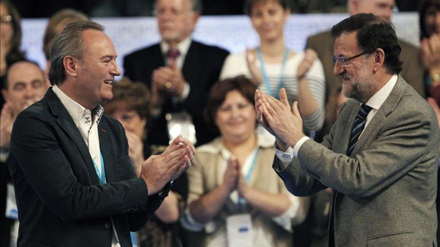 Alberto Fabra y Mariano Rajoy se aplauden mutuamente en mayo de 2014.
