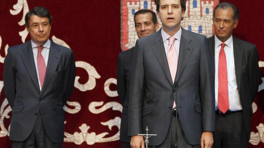 Imagen de archivo del exconsejero de Medio Ambiente de Madrid, Borja Sarasola (2d) durante la jura de su cargo