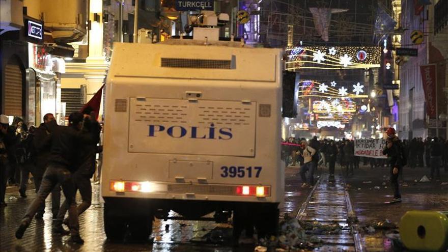 Cientos de policías turcos relevados en la lucha del Gobierno con la Justicia