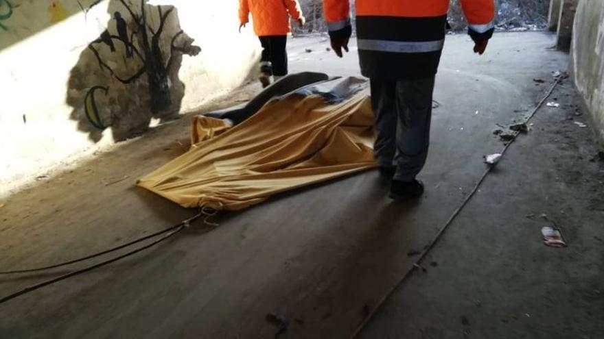 Imagen del desalojo de la fábrica abandonada el pasado 20 de febrero.