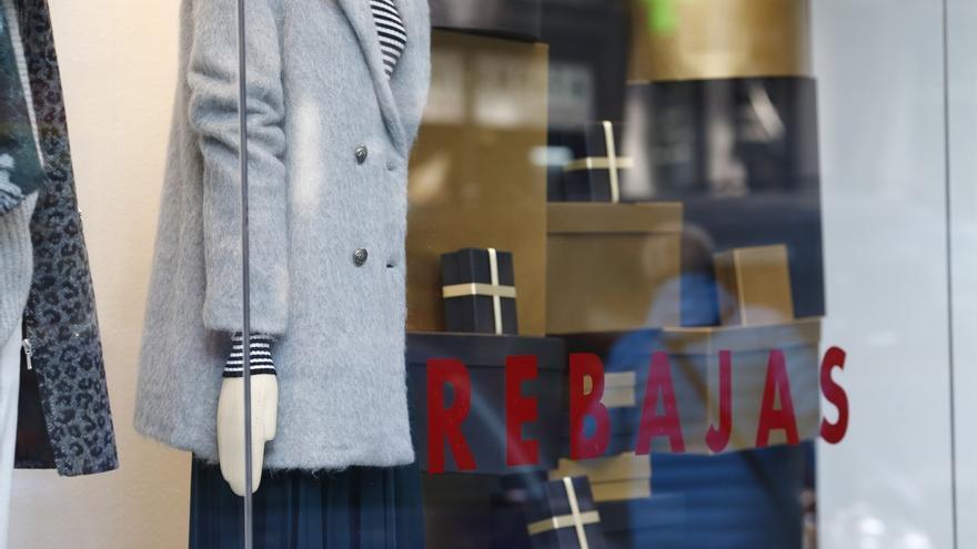 """Los comerciantes bilbaínos creen que las rebajas mantienen su """"atractivo"""" y prevén un aumento de ventas para este año"""