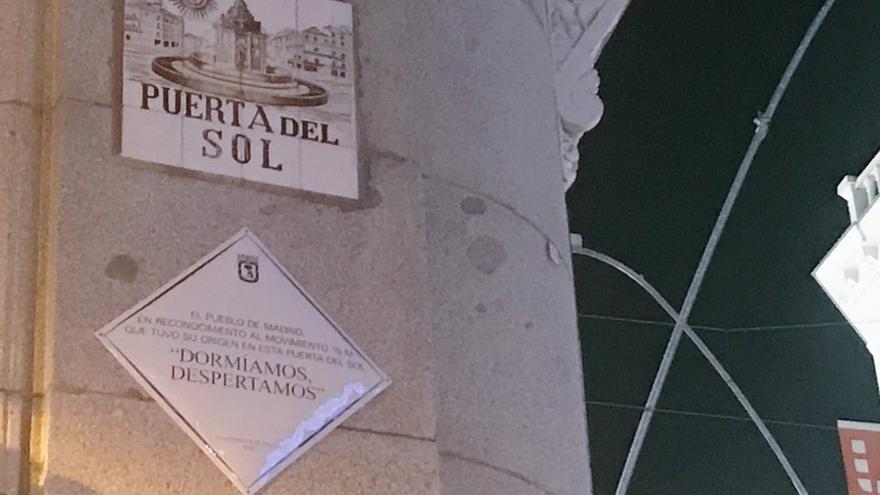 """""""Dormíamos, despertamos"""": placa conmemorativa del 15M."""
