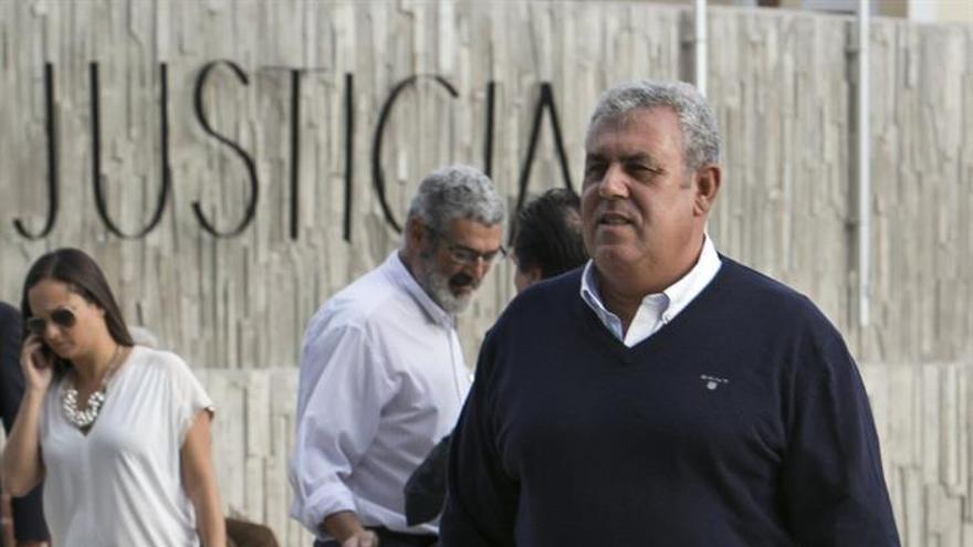 José Luis Mena, exjefe de Urbanismo del Ayuntamiento de Telde, a la entrada de los juzgados para comparecer en la sección Segunda de la Audiencia de Las Palmas, por un posible delito de falsificación documental. (Efe/ Quique Curbelo).