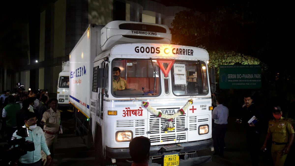 Imagen de archivo. Un hombre cuelga una guirnalda en uno de los camiones que transportan la primera remesa de vacunas, antes de que salga hacia el aeropuerto en el Instituto Serum, el mayor fabricante de vacunas del mundo, en Pune, India, el martes 12 de enero de 2021.