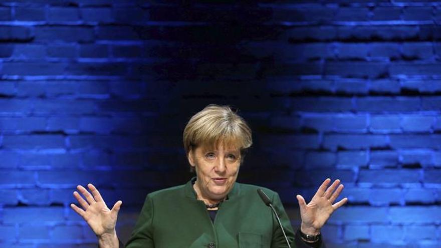 """Merkel felicita a Fillon por su victoria """"abrumadora"""" en las primarias"""