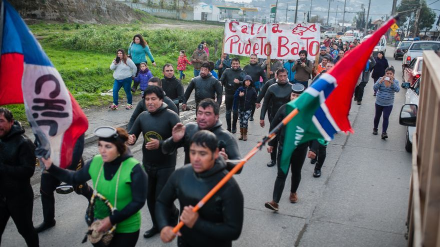 Varios manifestantes protestan por la crisis ambiental provocada por la marea roja en la isla de Chiloé