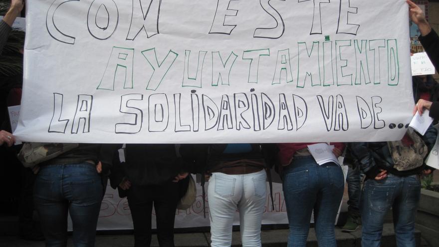 Protesta de miembros de ONGDs cordobesas contra los recortes en políticas de Cooperación y Solidaridad del Ayuntamiento.