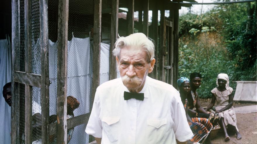 El médico Albert Schweitzer, premio Nobel de la Paz, en el hospital de Gabón.
