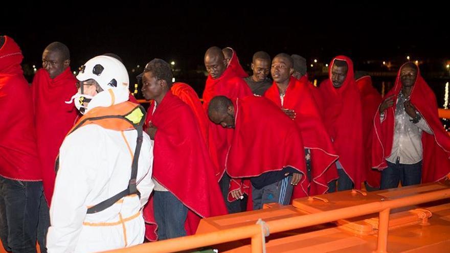 Rescatadas 53 personas de una patera a unas dos millas de la isla de Alborán