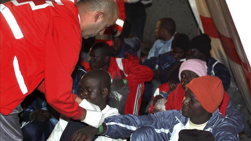 Trasladan a Ceuta a 51 inmigrantes del casi centenar hallado en últimas horas