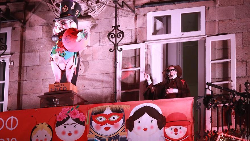 Un momento del pregón satírico del Carnaval compostelano, con el actor Carlos Santiago caracterizado como peregrino